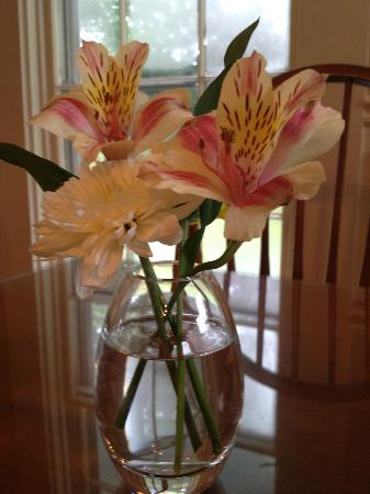 Liberty Hill Inn: Fresh Flowers at Breakfast