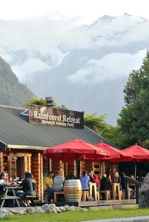 Monsoon Bar & Restaurant: Front Deck
