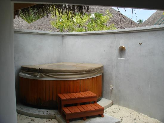 Ba o de la superior beach villa con jacuzzi picture of - Banos con jacuzzi ...
