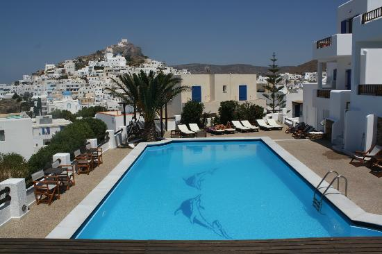 Avanti Hotel: The pool and city in background