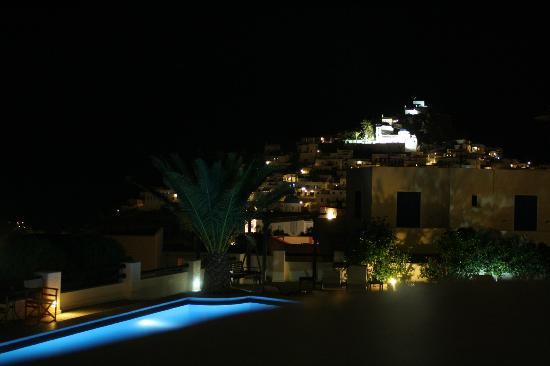 Avanti Hotel: The view of the town from our balcony at night