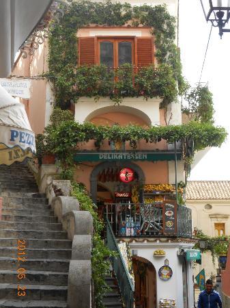 Villa La Tartana: Small store in Positano.