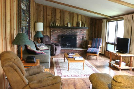 Black's Cliff Resort: Bear Den's living area upstairs