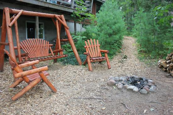 Black's Cliff Resort: Sitting area with fire pit right by the lodge