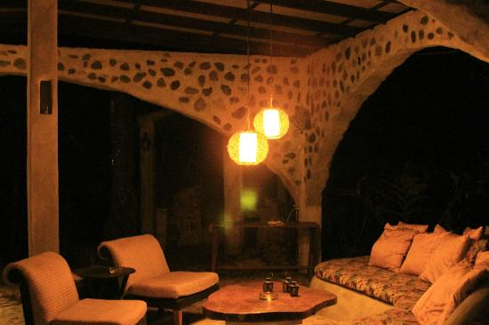Casa Cangrejal B&B Hotel: Outdoor living area at night