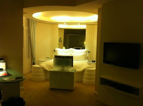 صن واي ريزورت هوتل آند سبا: view of sleeping area in 19th floor corner suite