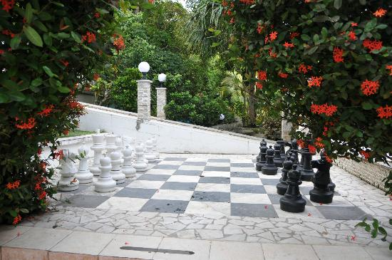 Mar & Oro: big chess at villa romantica