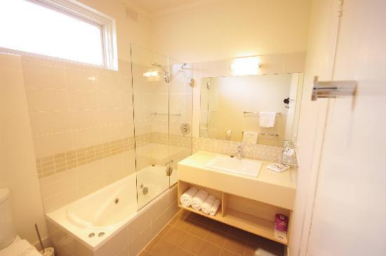 Adelaide Road Motor Lodge: Executive Bathroom with Spa Bath