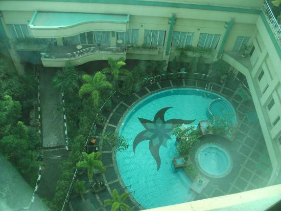 Holiday Inn Bandung: Pool view room is better than the ones overlooking Dago street