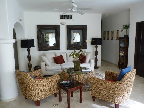 Royal Palms Condominiums: Living room