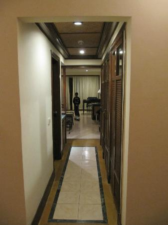 The LaLiT Golf & Spa Resort Goa: Room entrance (with sitting area) - foyer