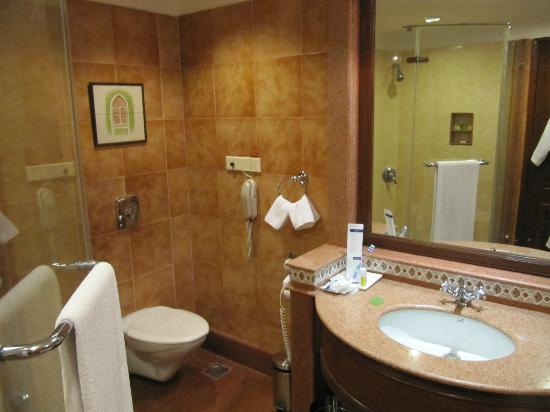 The LaLiT Golf & Spa Resort Goa: Bath in the room