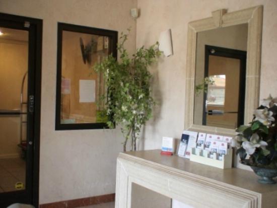 رامادا سان برونو إس إف أو آيربورت: Small Lobby