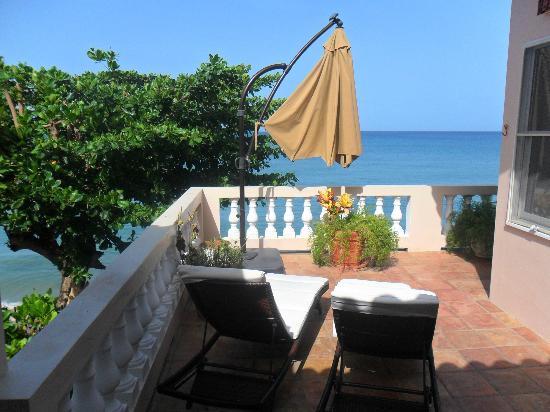 Tres Sirenas Beach Inn: our semi-private terrace