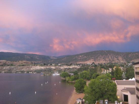 Penticton Lakeside Resort & Conference Centre : View of hillside at sunset from 6th floor