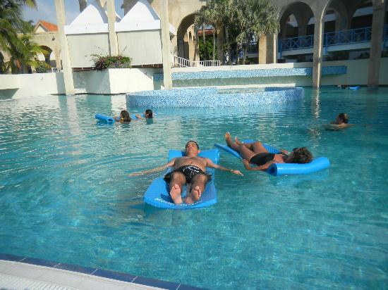 Foto de melia las americas varadero una de las piscinas for Colchonetas piscina decathlon