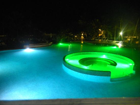 melia las americas piscina y jacuzzi por la noche