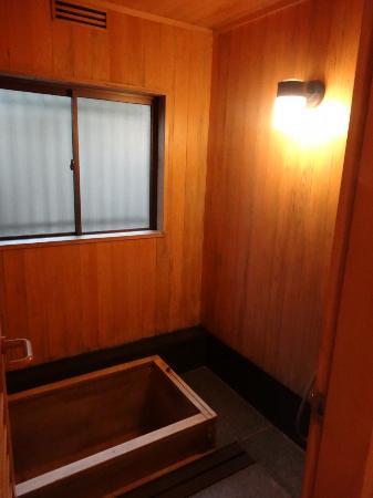 Gion Hatanaka: bathtub and shower