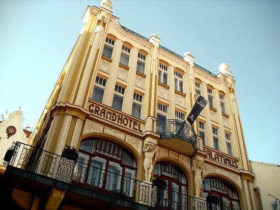 Hotel Palatinus City Center: Façade depuis la rue (piétonne).