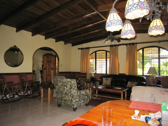 Alegria Bed and Breakfast: LIVING ROOM AREA