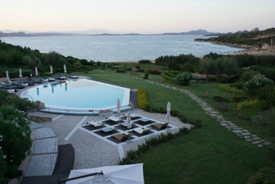 L'ea Bianca Luxury Resort: Pool in evening