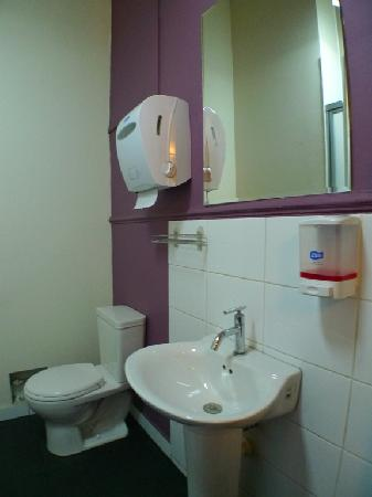 Link Hostel: private bathroom - clean