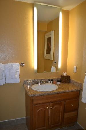 Wine Valley Inn & Cottages: Bathroom - Mirror has framed lighting