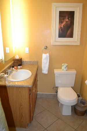 Wine Valley Inn & Cottages: Bathroom - the door is to the right