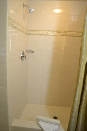 Wine Valley Inn & Cottages: Shower