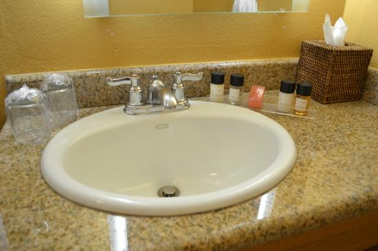 Wine Valley Inn & Cottages: Bathroom - toiletries