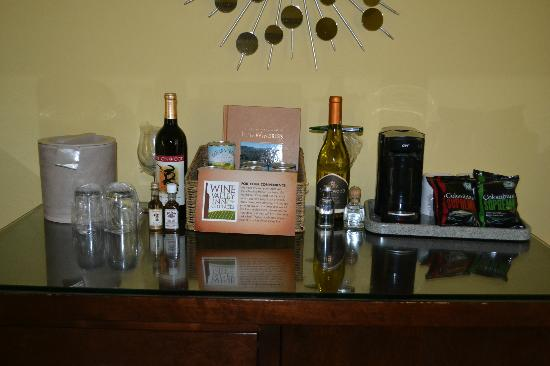 Wine Valley Inn & Cottages: Mini Bar - Full view