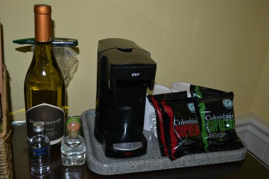 Wine Valley Inn & Cottages: MiniBar Area-Coffeemaker and individual coffebags