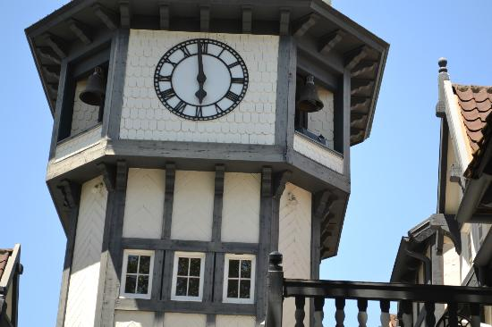 Wine Valley Inn & Cottages: Clock Tower - close up