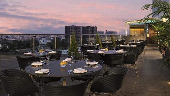 Hotel Sarovar Portico Rajkot: Roof top restaurant