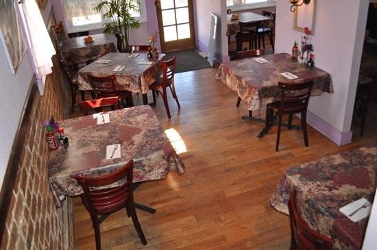 Dara Thai Cafe: Inside is cozy