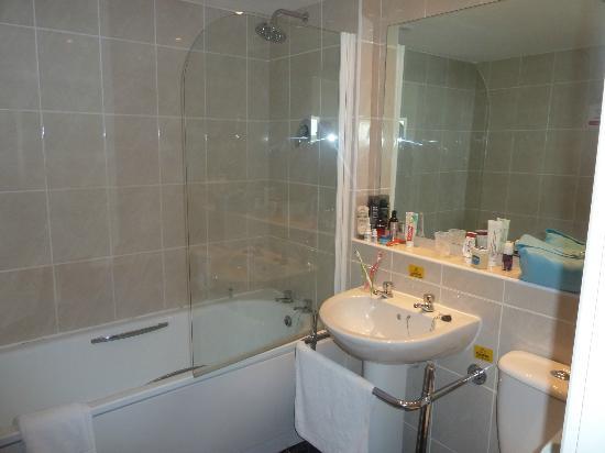 Ramada Park Hall Hotel and Spa: Clean Bathroom