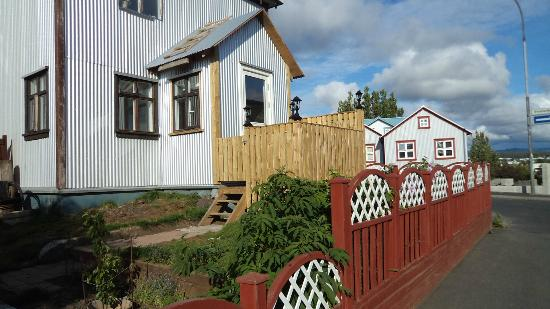 Edda's Farmhouse in Town: Entry via porch