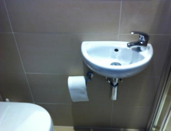 Bloomsbury Palace Hotel: Good looking, but very small and borderline useful sink