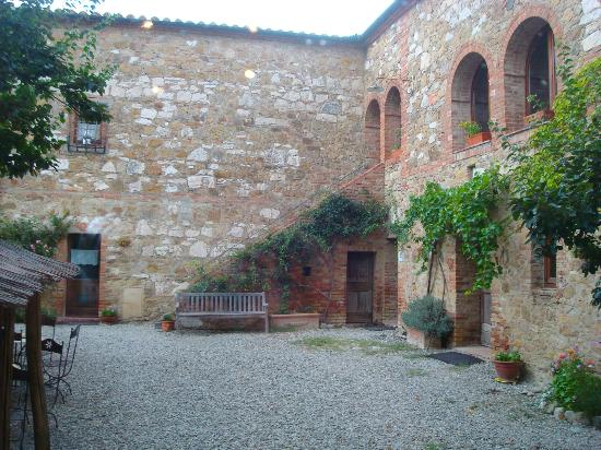 Agriturismo Il Rigo: the courtyard of the main building