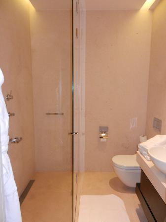 Buddha-Bar Hotel Budapest Klotild Palace: Salle de bain avec WC japonnais
