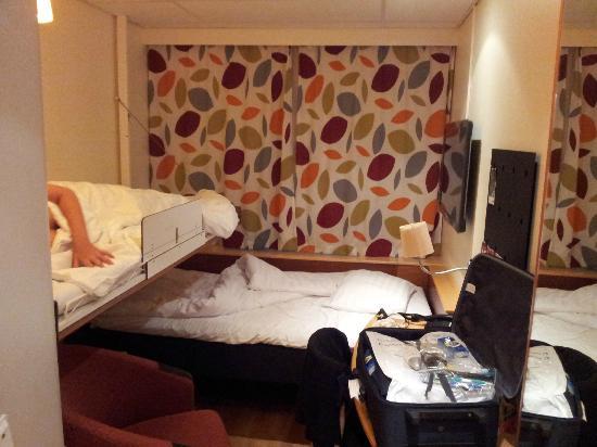 Comfort Hotel Xpress Stockholm Central: Camera con letto a sinistra ribaltato.