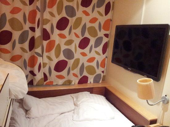 Comfort Hotel Xpress Stockholm Central: Particolare della Tv sulla testiera.