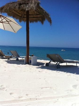 Verdura Resort : Spiaggia con sabbia bianca trasportata dalla Sardegna
