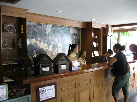 Thai House Beach Resort: Reception and the ever so helpful ladies