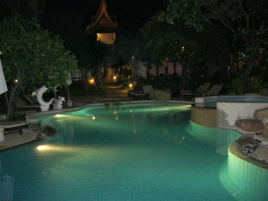 Thai House Beach Resort: Pool lit up in the night