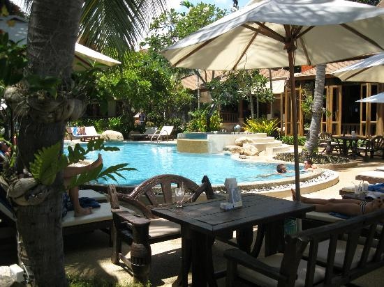 Thai House Beach Resort: Seating around the pool