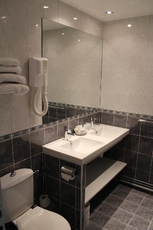 Hotel Saint Cyr Etoile : Salle de Bain Standard