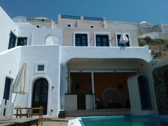 Afroessa Hotel: Pool area, looking up to the hotel
