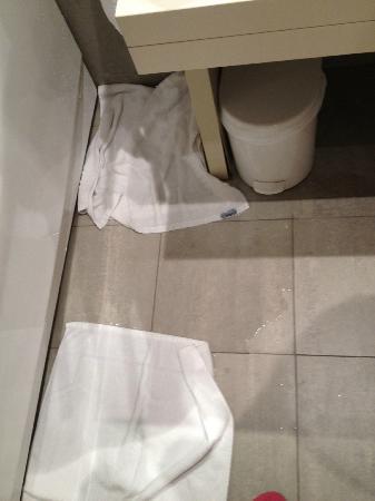 Cube Hotel: Acqua fuoriuscita dalla vasca dopo una doccia