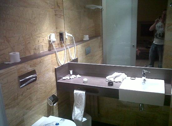 ‪‪Nouvel Hotel‬: Good bathroom in double room
